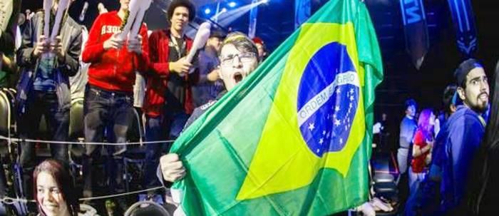 Un joueur pro qui tient un drapeau du Brésil